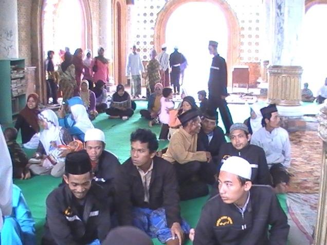 Rehat sejenak di Mesjid Sunan Giri